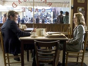 Patricia Clarkson e Jude Law in una scena del film Tutti gli uomini del re