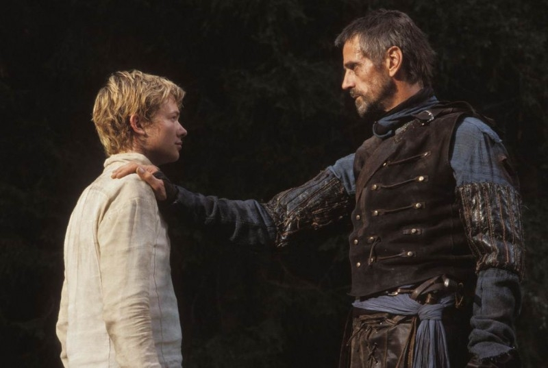 Edward Speleers e Jeremy Irons in una scena di Eragon