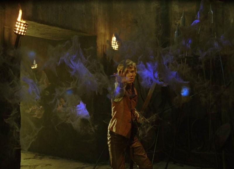 Edward Speleers in una scena del fiabesco Eragon