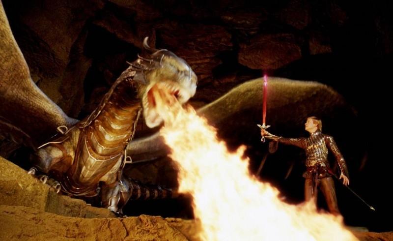 Edward Speleers in una scena d'azione di Eragon