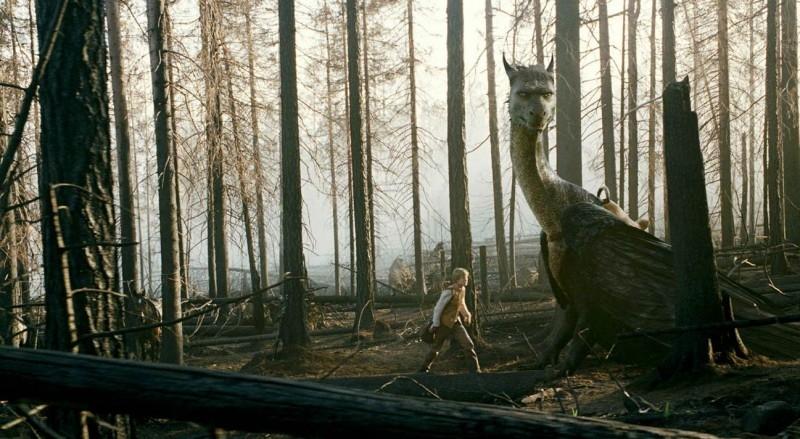 Edward Speleers accanto al drago in una scena di Eragon