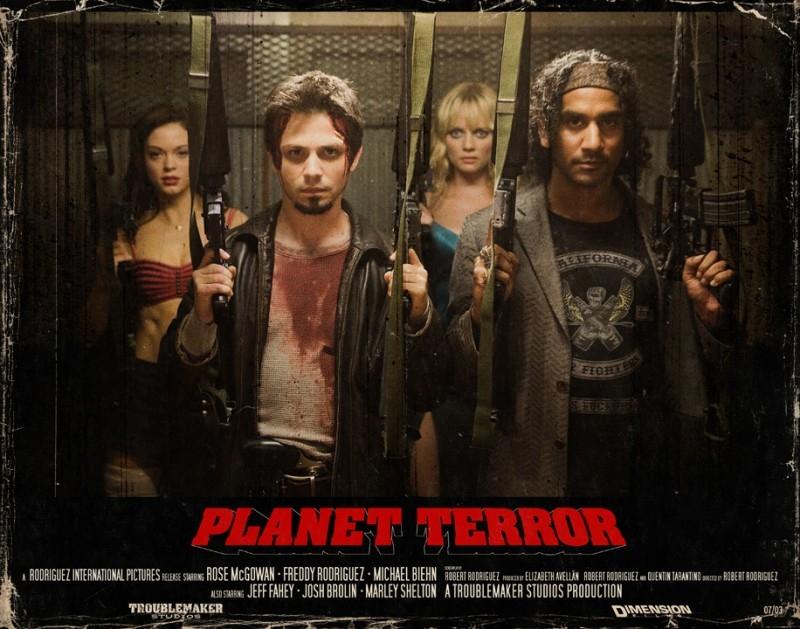 Naveen Andrews e Freddy Rodriguez in una lobbycard promozionale realizzata per Planet Terror, uno dei due episodi di Grind House