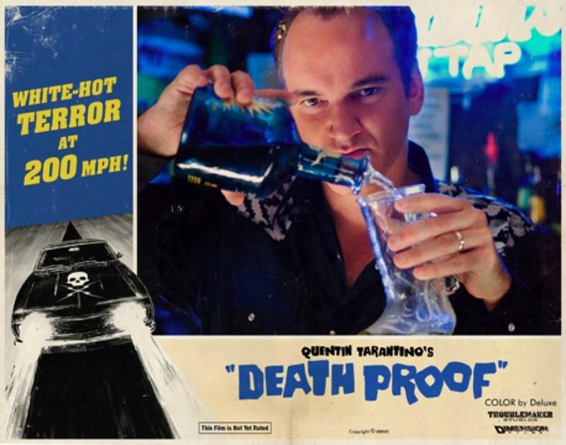 Quentin Tarantino in una lobbycard promozionale realizzata per Death Proof, uno dei due episodi di Grind House