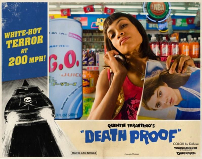 Rosario Dawson in una lobbycard promozionale realizzata per Death Proof, uno dei due episodi di Grind House