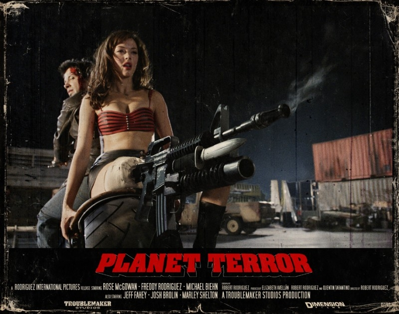 Rose McGowan in una lobbycard promozionale realizzata per Planet Terror, uno degli episodi di Grind House