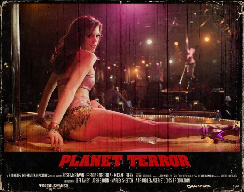 Rose McGowan in Una lobbycard promo realizzata per Planet Terror, uno dei due episodi di Grind House