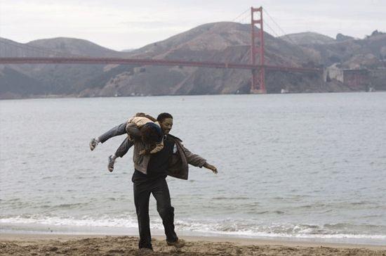 Jaden Smith e Will Smith in una sequenza del film La ricerca della felicità