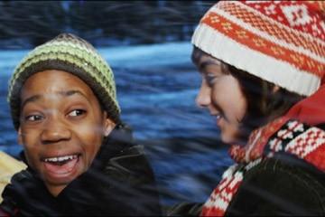 Tyler J. Williams e Quinn Shepard in una scena del film Mi sono perso il Natale