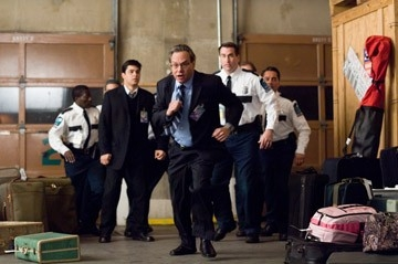 Wilmer Valderrama e Lewis Black in una scena del film Mi sono perso il Natale