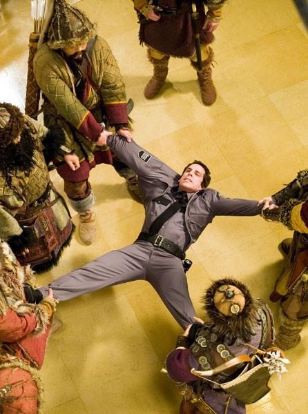 Ben Stiller in una scena d'azione del film Una notte al museo