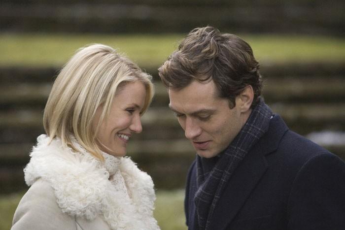 Jude Law e Cameron Diaz in una scena della commedia romantica L'amore non va in vacanza
