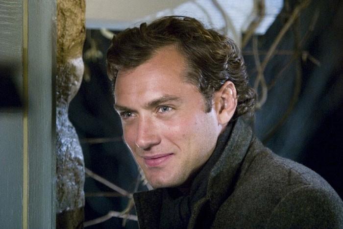 Jude Law in una scena della pellicola L'amore non va in vacanza