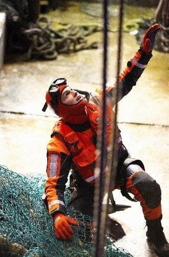 Ashton Kutcher in una scena d'azione del film The Guardian