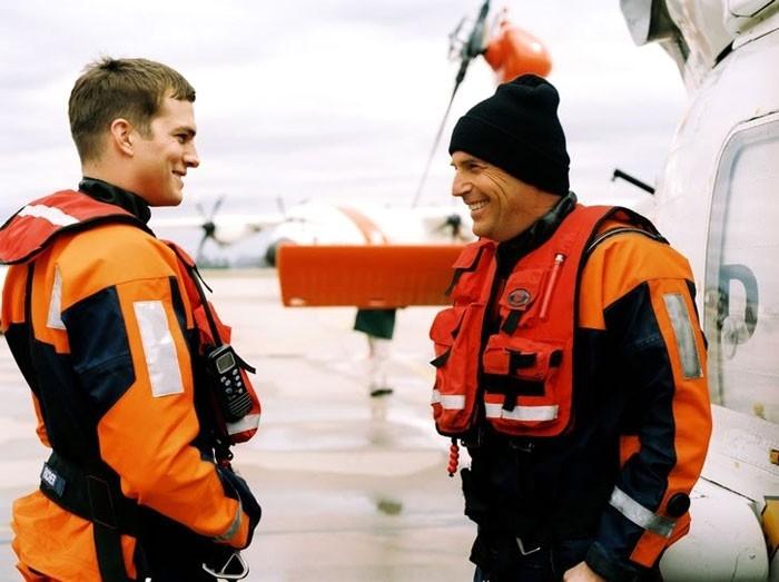 Kevin Costner e Ashton Kutcher in una scena del film The Guardian