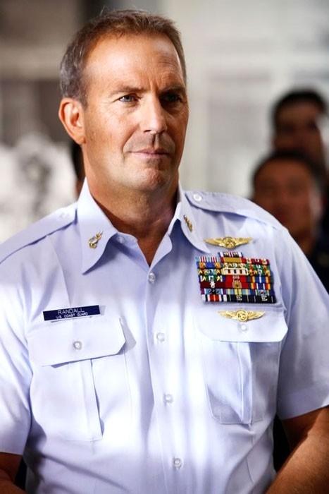 Kevin Costner in una sequenza del film The Guardian