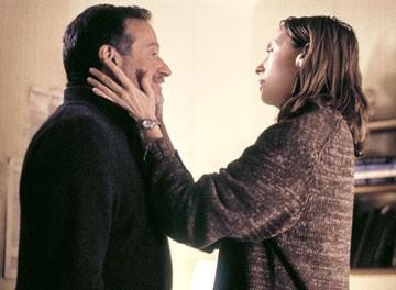 Robin Williams e Toni Collette in una scena di Una voce nella notte