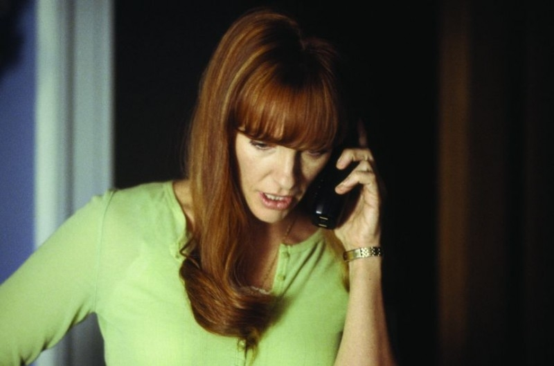 Toni Collette al telefono in una scena di Una voce nella notte