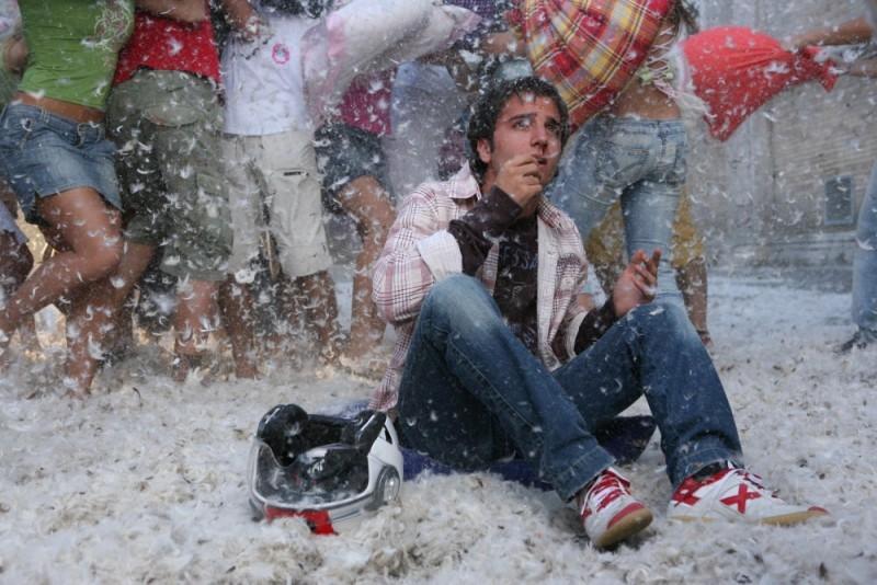 Battaglia di cuscini per Nicolas Vaporidis in una scena del film Notte prima degli esami - Oggi