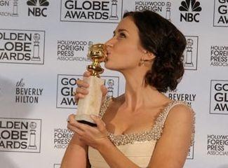 Emily Blunt bacia il premio ricevuto per Il diavolo veste Prada ai Golden Globes 2007