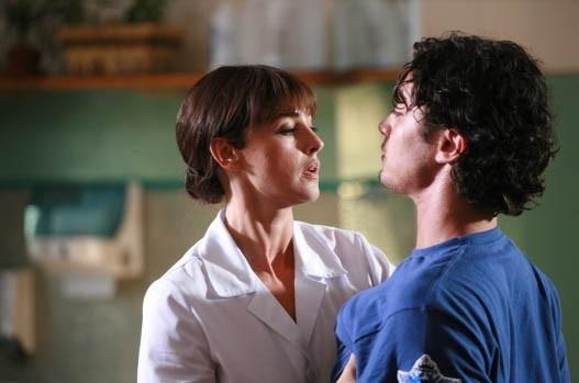 Tensione erotica alle stelle tra Riccardo Scamarcio e Monica Bellucci in una scena di Manuale D'Amore 2