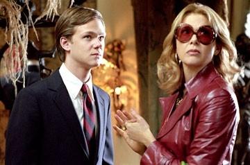 Joseph Cross e Annette Bening in una scena del film Correndo con le forbici in mano
