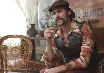 Joseph Fiennes in una scena del film Correndo con le forbici in mano