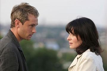 Jude Law e Juliette Binoche in una scena di Complicità e sospetti