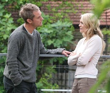 Jude Law e Robin Wright Penn in una scena di Complicità e sospetti