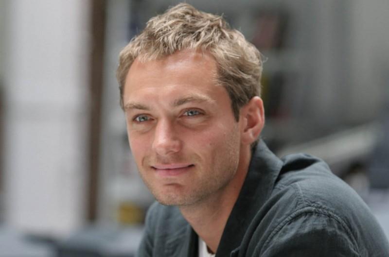 Un seducente sorriso di Jude Law nel film Complicità e sospetti
