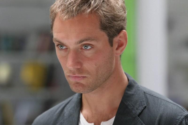 Un intenso primo piano di Jude Law in una scena di Complicità e sospetti