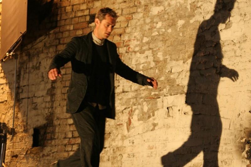Jude Law in una scena di Complicità e sospetti