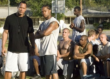 Xzibit e Dwaine Johnson in una scena del film La gang di Gridiron
