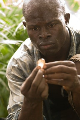 Un primo piano di Djimon Hounsou in una scena del film Blood Diamond - Diamanti di sangue
