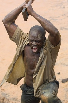 Djimon Hounsou in una scena drammatica del film Blood Diamond - Diamanti di sangue
