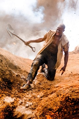 Djimon Hounsou in una sequenza drammatica del film Blood Diamond - Diamanti di sangue