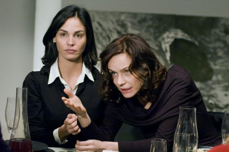 Francesca Neri e Ines Sastre in una scena del film La cena per farli conoscere