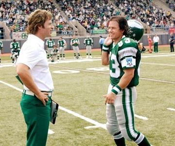 Greg Kinnear e Mark Wahlberg in una scena del film Imbattibile