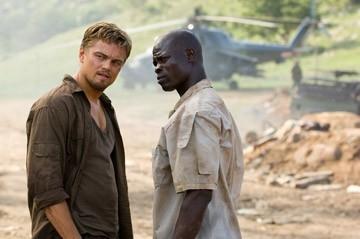 Leonardo DiCaprio con Djimon Hounsou in una scena del film Blood Diamond - Diamanti di sangue
