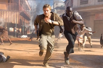 Leonardo DiCaprio e Djimon Hounsou in una sequenza del film Blood Diamond - Diamanti di sangue