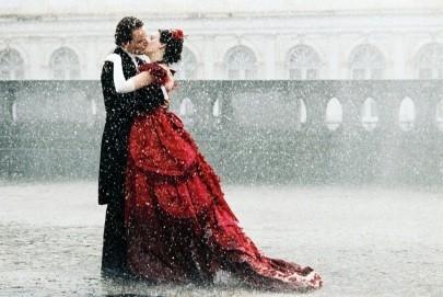 Romola Garai e Michael Fassbender in una scena del period drama Angel