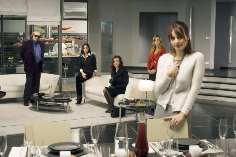 Violante Placido, Vanessa Incontrada, Francesca Neri, Ines Sastre e Diego Abatantuono in una scena del film La cena per farli conoscere