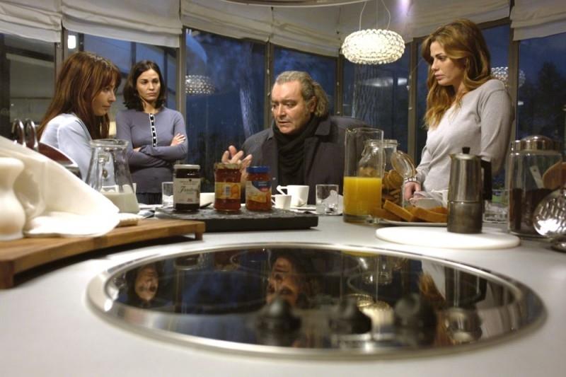Violante Placido, Vanessa Incontrada, Ines Sastre e Diego Abatantuono in una scena del film La cena per farli conoscere