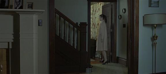 10.Inquadratura come al punto 6, la porta si apre, la ragazza entra e la richiude, si        affaccia in una stanza