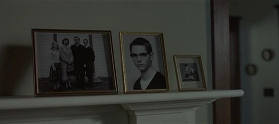 11.Stacco, vediamo una serie di foto, falsa soggettiva (le stesse foto si intravedono da tutt'altra parte, in alto a sinistra della figura 10), capiamo che sono raffigurati gli abitanti della casa
