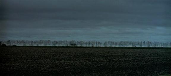18.Stacco sul campo simile al 4, filare di alberi in lontananza. Piano di una decina di secondi