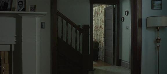 6.Entriamo in casa, presumibilmente in ingresso, inquadrati i primi gradini di una scala (qualcuno bussa)