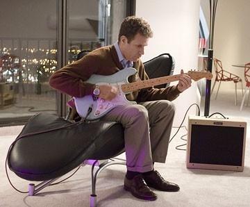 Will Ferrell alle prese con una chitarra in una scena di Vero come la finzione