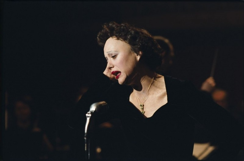 Marion Cotillard in una scena del film La vie en rose nel quale interpreta Edith Piaf