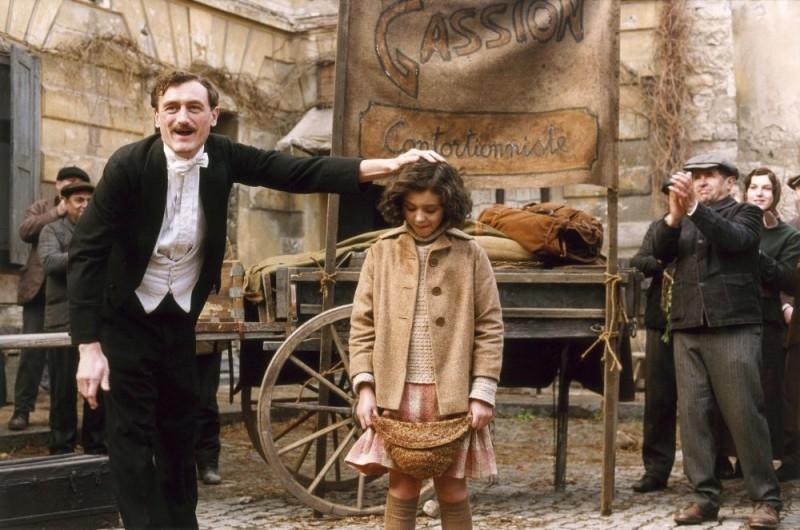 La giovane Edith Piaf in una scena de 'La vie en rose'