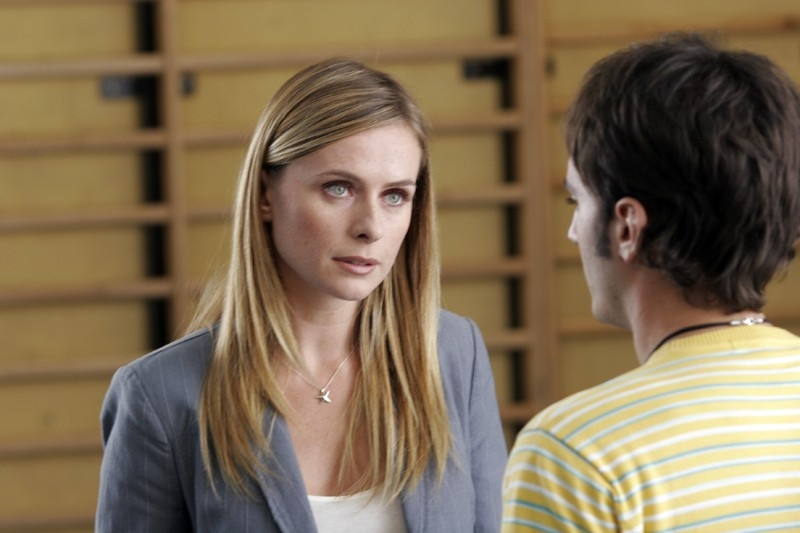 Serena Autieri e Nicolas Vaporidis in una scena di Notte Prima degli esami. Il ragazzo è di spalle, mentre la donna, sua professoressa, lo guarda. Sembra stiano parlando.